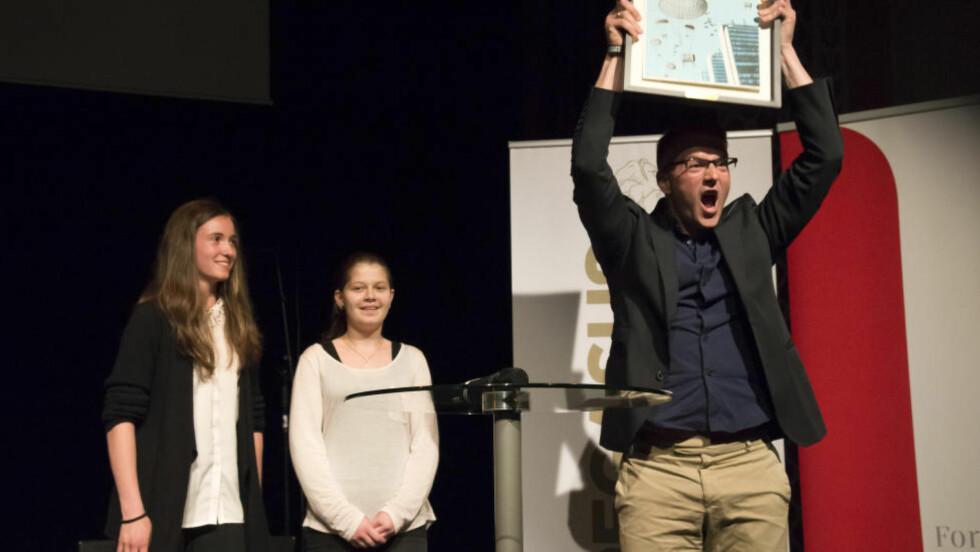 HENGER HØYT: Uprisen henger høyt for mange ungdomsbokforfattere, fordi det er ungdom som stemmer fram vinneren. Her jubler årets vinner, Thomas Enger, sammen med jurymedlemmene Eirin Eknes (Gimle ungdomsskole) og Maida Zeckanovic (Gulskogen skole). Foto: VIBEKE RØGLER / FORENINGEN !LES
