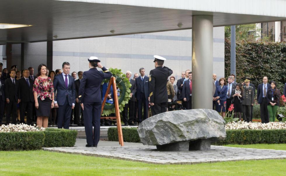 SJELDEN TAUS: NATOs generalsekretær, Anders Fogh Rasmussen, og kona, Anne-Mette, under fredagens seremoni hvor han la ned en krans på minneskerket over falne soldater i NATOs tjeneste. Det var hans siste offentlige opptreden som sjef i alliansen. Foto: AP / Scanpix / Virginia Mayo