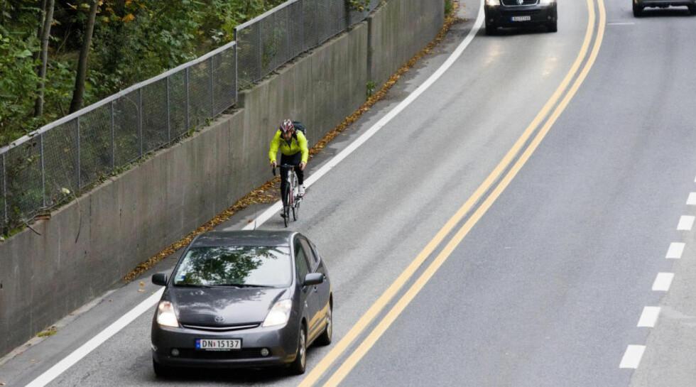 BAKKEKRIG: Som i enhver borgerkrig er det vanskelig å velge side. Shia eller sunni? Bilister og syklister i en ukonvensjonell bakkekrig, der løsningene synes vanskelig å finne. Foto: Berit Roald / SCANPIX