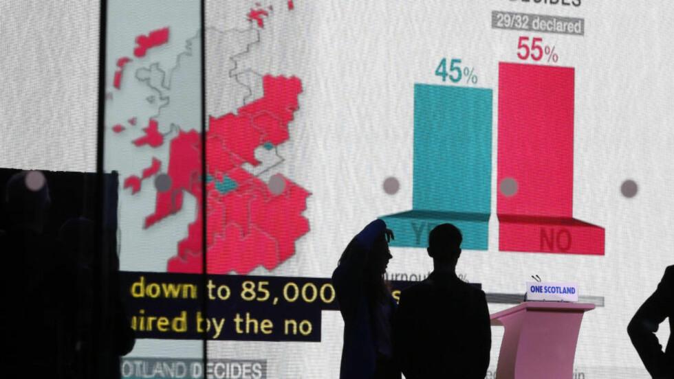 NEI:  Velgere i Edinburgh følger med etterhvert som stemmene telles opp. Førsteminister Alex Salmond innrømmet nederlaget som holder Storbritannia sammen. Men stor politisk makt flyttes nå fra London til Edinburgh.     Foto:  REUTERS / Scanpix / Russell Cheyne