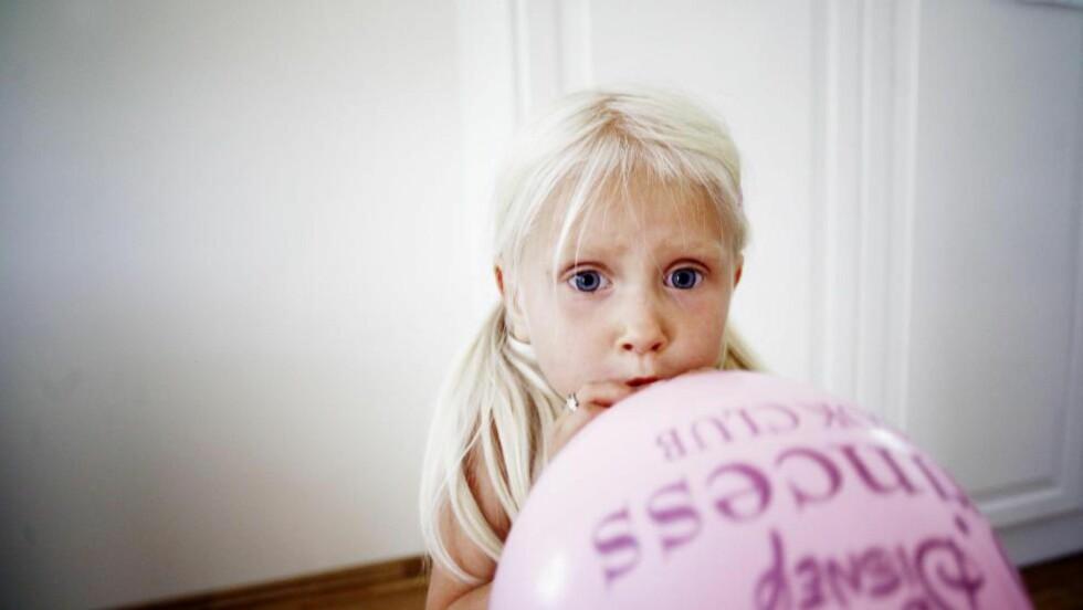 ROSA: - Datteren min liker blå bedre enn rød, og hadde derfor spurt om ikke hun kunne få bruke det blå garnet, men nei, det var ikke lov, skriver kronikkforfatteren.   Foto: Sara Johannesen / NTB Scanpix