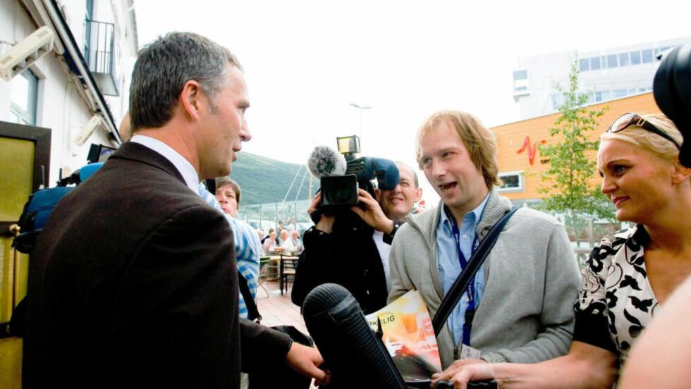 OGSÅ I TROMSØ: Her kjøper daværende statsminister Jens Stoltenberg et eksemplar av gatemagasinet «Virkelig» av selger Bjørn Edgar Karlsen i Tromsø i 2007. Foto: Marius Fiskum / SCANPIX .