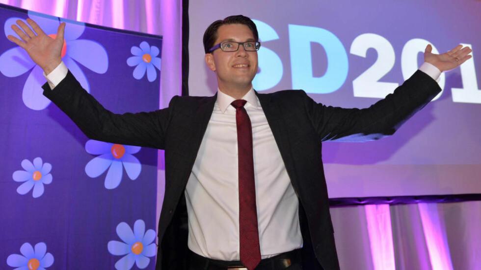 I FRPs FOTSPOR:  Partiledaren Jimmie Åkesson har Frp som et forbilde. Her på Sverigedemokraternas valgvake i Stockholm.  Foto: Anders Wiklund/ TT / NTB scanpix