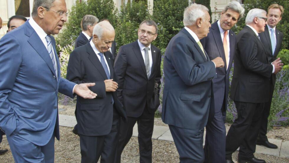 ENIG OG TRO? En rekke utenriksministre samlet i Paris i dag for å bli enige om en felles strategi mot Den islamske staten. Fra venstre Russlands Sergei Lavrov, generalsekretæren i Den arabiske liga, Nabil al Arabi, tsjekkiske Lubomir Zaoralek, Spanias Jose Manuel Garcia-Margallo, USAs John Kerry, Tysklands Frank-Walter Steinmeier, Norges Børge Brende. (AP Photo/Michel Euler, Pool) Scanpix