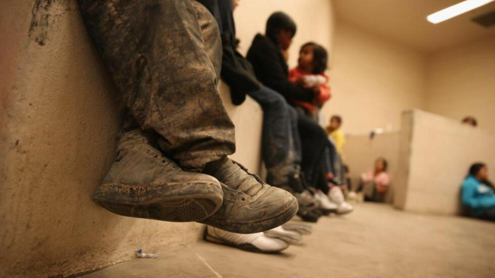 BARNEFLYKTNINGER: Tusener av immigranter, mange av dem enslige barn, krysser grensa mellom USA og Mexico ulovlig. Her fra et mottak som drives av grensepolitiet i McAllen, Texas. Foto: AFP / NTB Scanpix