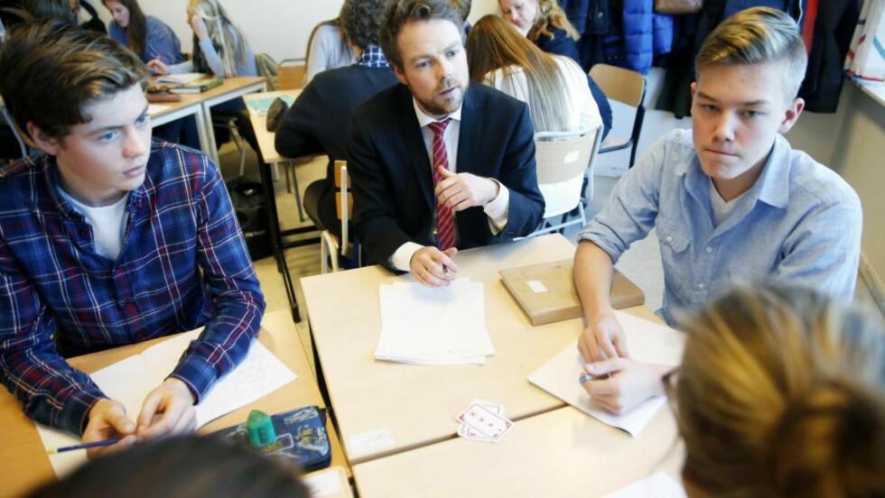 KRITIKKLØST: Pisa-testene setter dagsorden for regjeringer verden over, her ved kunnskapsminister Torbjørn Røe Isaksen på Engebråten skole ved siste offentliggjøringen av resultatene. Men kritisk forskning på dem lønner seg, ikke skriver artikkelforfatteren.