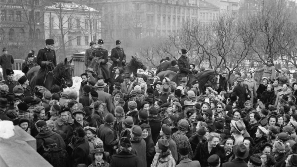 UTÅLMODIGE FORELDRE:  I 1954 streiket lærerne i Oslo i 33 dager for høyere lønn. Her demonstrerer foreldre utenfor Stortinget, med krav om at de folkevalgte må gjøre noe for å få skolen i gang igjen. Ridende politi måtte til for å holde styr på mengden av engasjerte foreldre. Foto: NTB / Scanpix