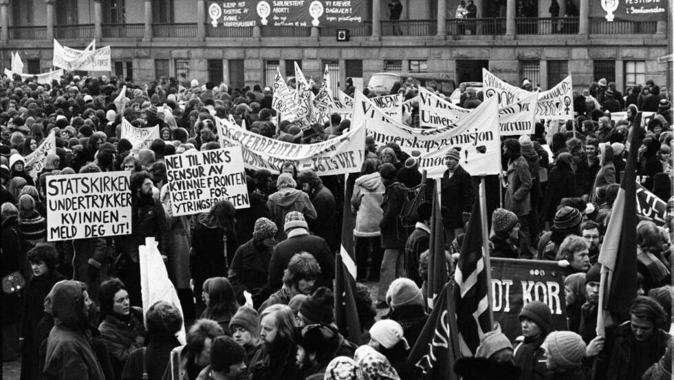 GAMMELDAGS? Det må være lov å drive kvinnekamp, skriver artikkelforfatterne. Bildet viser Youngstorget i Oslo, 8.mars 1976.  Foto : Dagbladet  / J.B.