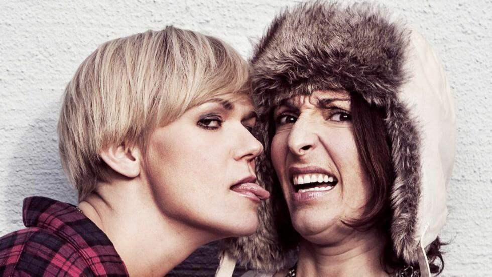 PODKASTDAMENE: Sigrid Bonde Tusvik og Lisa Tønne er Norges ledende humorpodkastere. I høst gjør tester de hvordan det går når de gjør forsøkslaben live. Foto: Både Og AS