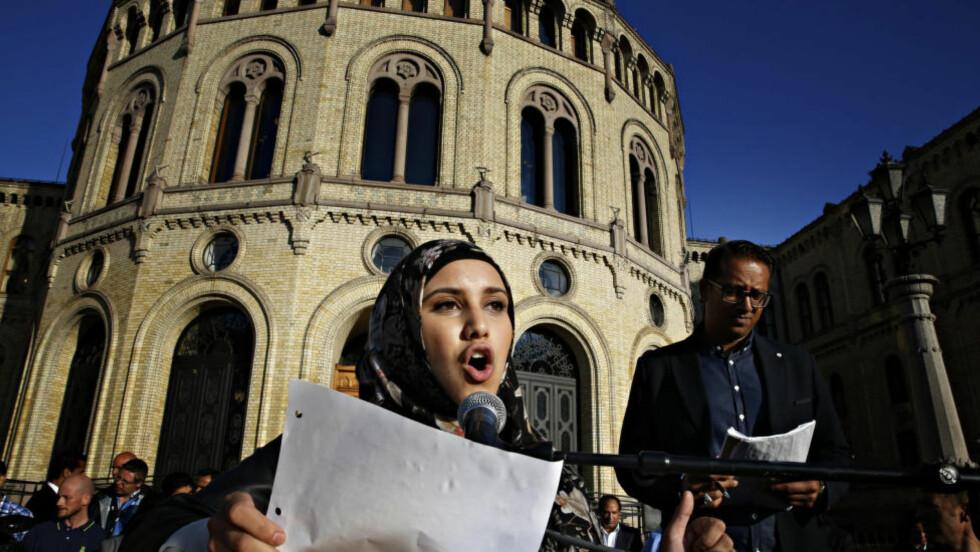 IMPONERTE MANGE Faten Mahdi Al-Hussaini stod frem som den ene tydelige stemmen i mandagens demonstrasjon mot ekstremisme, skriver artikkelforfatteren. Foto: Jacques Hvistendahl / Dagbladet