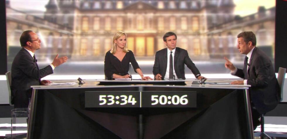 FRANSK «GRANDEUR»: François Hollande fra Sosialistpartiet (til venstre) utfordrer president Nicolas Sarkozy (til høyre) i deres holmgang i fjernsyn onsdag, foran et bilde av det sagnomsuste Elysée-palasset. Men det er ikke noe sterkt Frankrike de kjemper om å lede, tvert imot. Foto: REUTERS/France 2