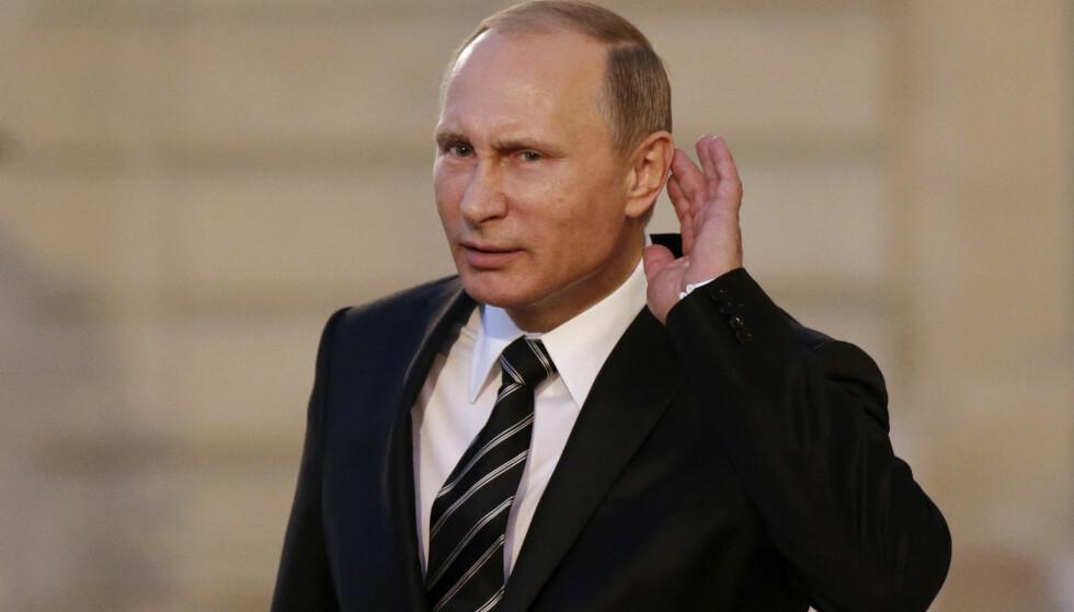 HØRER ETTER? Russlands president Vladimir Putin i Paris i fjor. Nå gjør han sitt for å stanse Russlands fremste lyttepost. Foto: REUTERS/Philippe Wojazer/Scanpix