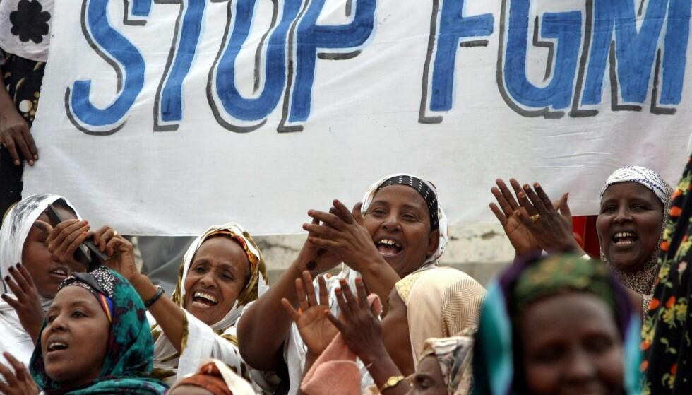 UTBREDT: En demonstrasjon mot omskjæring i Somalia. Praksisen er fremdeles utbredt i en rekke land.  Foto: Stringer / NTB Scanpix