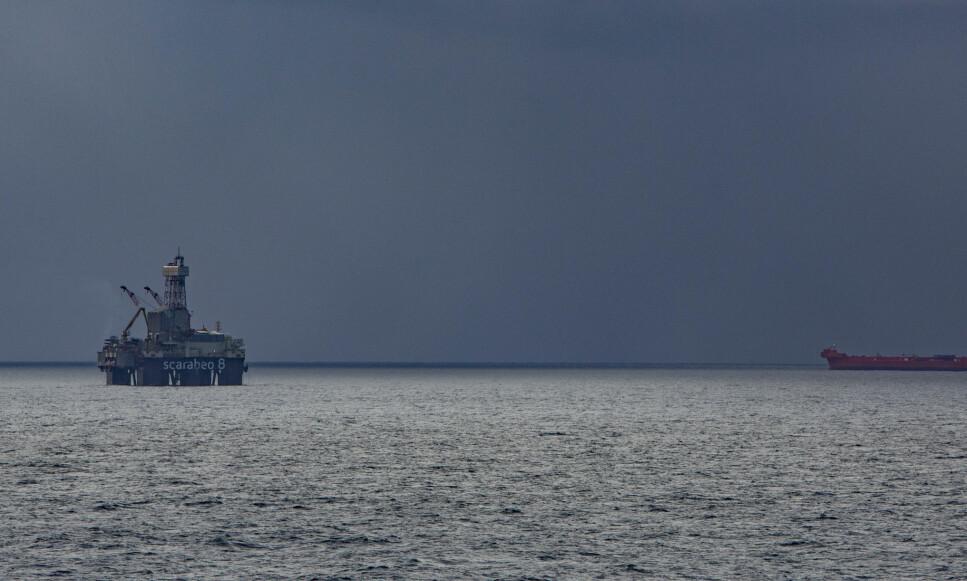 OLJE: Riggen Scarabeo 8 borer på en av de siste produksjonsbrønnene på Goliat-feltet utenfor Hammerfest. Nå vil regjeringen gi full gass i Barentshavet. Foto: Jan-Morten Bjørnbakk / NTB scanpix
