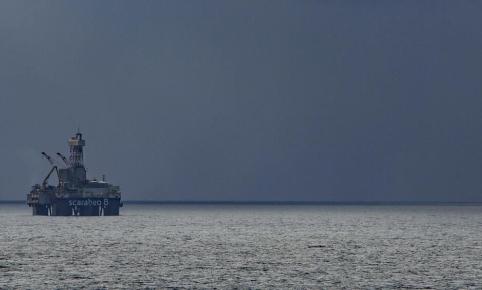 BARENTSHAVET: Riggen Scarabeo 8 borer på en av de siste produksjonsbrønnene på Goliat-feltet utenfor Hammerfest. Nå skal det bores etter olje også andre steder langt nord i Barentshavet. Foto: Jan-Morten Bjørnbakk / NTB scanpix