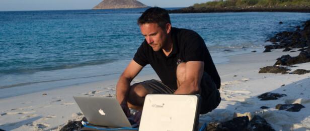 - LUKTET DØD AV HELE MEG: Richard Vevers, grunnleggeren av den frivillige organisasjonen Ocean Agency, jobber med å dokumentere de enorme ødeleggelsene i det store barriererevet. Han forteller at det stinket død av hele kroppen hans, etter å ha dykket i revet. Foto: The Ocean Agency