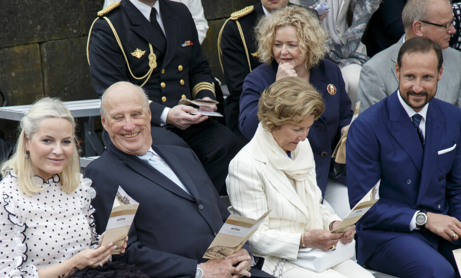 BRUKER HOFF-PENGER TIL PRIVAT FORVALTNING OG VEDLIKEHOLD: Hoffsjef Gry Mølleskog (bak dronning Sonja), sammen med kronprinsesse Mette Marit, Kong Harald, dronning Sonja og kronprins Haakon. Foto: Heiko Junge / NTB scanpix