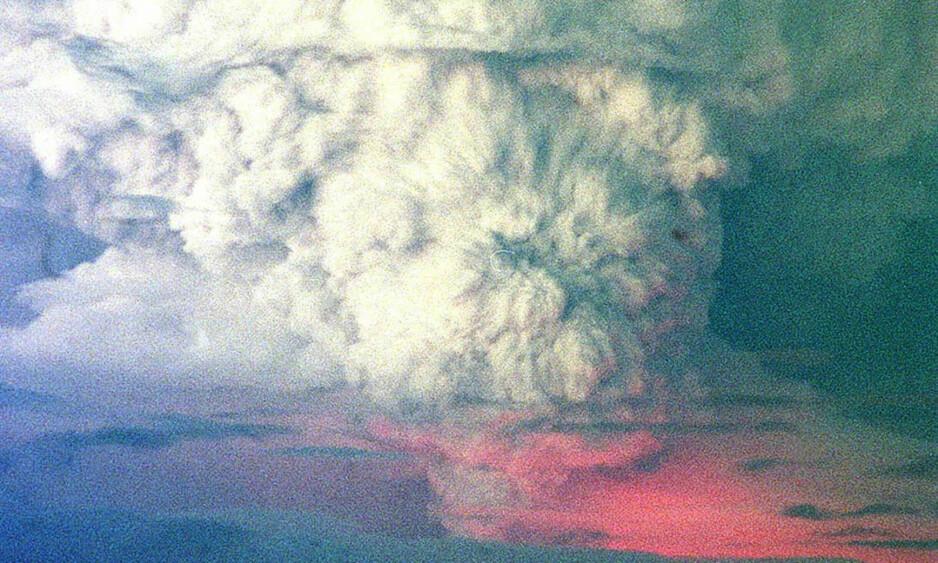 <strong>ASKESKY:</strong> En flere tusen meter høy sky av aske og damp, og rødglødende lava, kunne sees da Islands berømte vulkan Hekla hadde sitt første alvorlige utbrudd på mange år i 2000. Foto: Sigurgeir Jonasson, Nordfoto/NTB Scanpix
