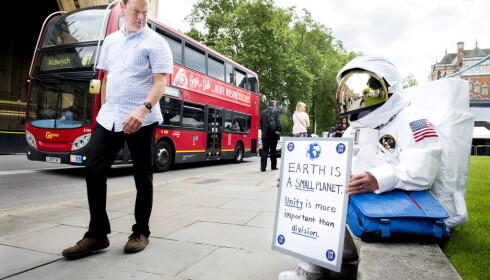 VERDENSROMMET KALLER: Bli-kampanjens egne astronaut trakk lett til seg oppmerksomhet i London sentrum Foto: John T. Pedersen / Dagbladet