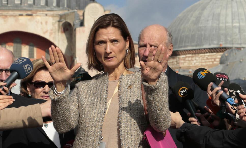 KOMMUNIKASJONSSJEF: Marianne Hagen er ansatt ved hoffet som kommunikasjonssjef. Her sammen med kong Harald og dronning Sonja i Istanbul, Tyrkia. Foto: Lise Åserud / NTB scanpix