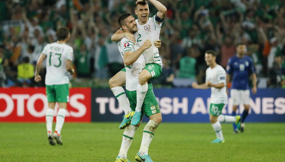 HISTORISKE: Seamus Coleman og Shane Duffy ble historiske med Irland, da de slo Italia, onsdag. Foto: REUTERS/Gonzalo Fuentes Livepic