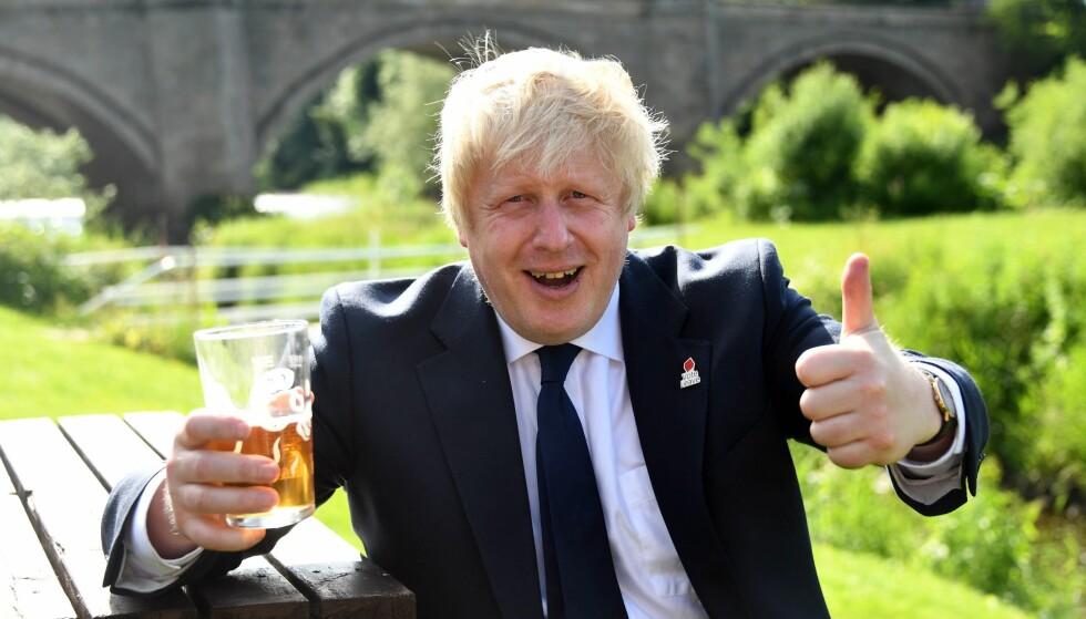 EN ØL FOR UT: Tidligere London-ordfører og ut-general Boris Johnson tok helikopteret fatt for å rekke flest mulig kampanjestopp i går. Vinner hans leir i kveld, spår mange at han kan bli Storbritannias neste statsminister. Her tar han seg en pint under et velgerarrangement i Darlington. Foto: EPA/NTB scanpix