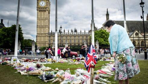PREGET: Drapet på det britiske parlamentsmedlemmet Jo Cox (41), som også var en stor EU-tilhenger har preget valgkampen. Her minnestedet hennes like utenfor parlamentet. Foto: John T. Pedersen / Dagbladet