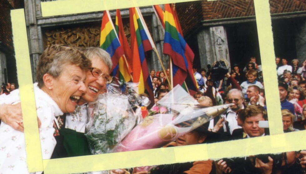 <strong>INNGIKK PARTNERSKAP:</strong> &lt;/b&gt; Kim Friele og Wenche Lowzow inngikk partnerskap i 1993. Her fra Rådhustrappa etter inngåelsen; flaggborg, hundrevis av sympatisører, turister og et tyvetalls demonstranter som demonstrerte mot Partnerskapsloven. Foto: Trygve Indrelid, Aftenposten