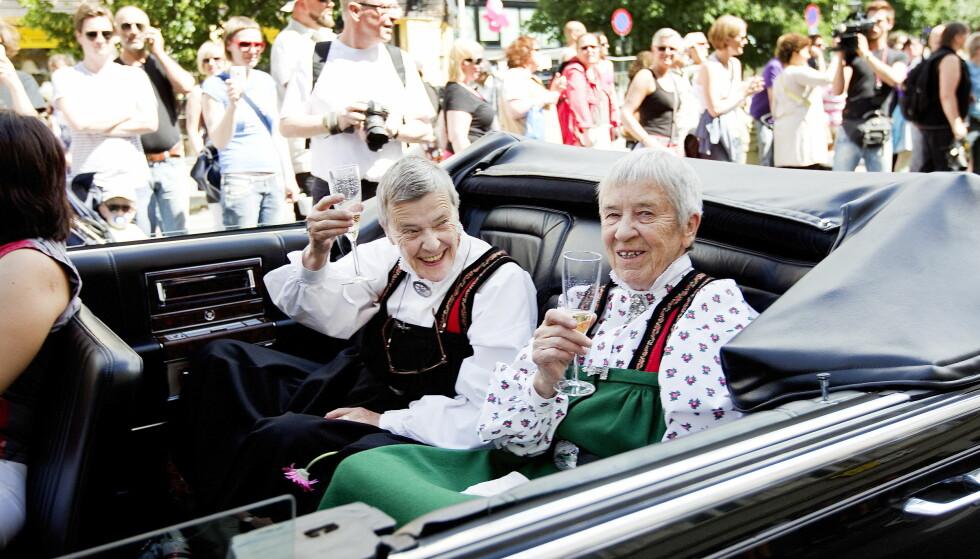 <strong>PARADE:</strong> Kim Friele (t.v) og Wenche Lowzow under Skeive dager i 2010. Under paraden ble de æret med å bli kjørt først i den historiske seksjonen i samme bil som kong Harald og dronning Sonja benyttet under sin signingsferd. Foto: Gorm Kallestad / Scanpix .