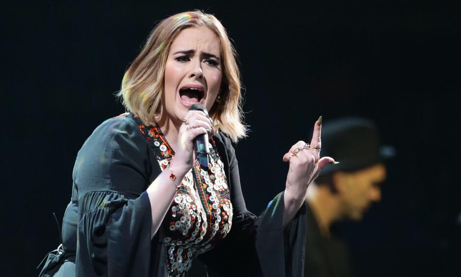 RAPPKJEFTET: Adele er kjent for å være svært jordnær. Under helgens opptreden under Glastonbury-festivalen bannet hun hele 33 ganger fra scenen. Foto: NTB SCANPIX