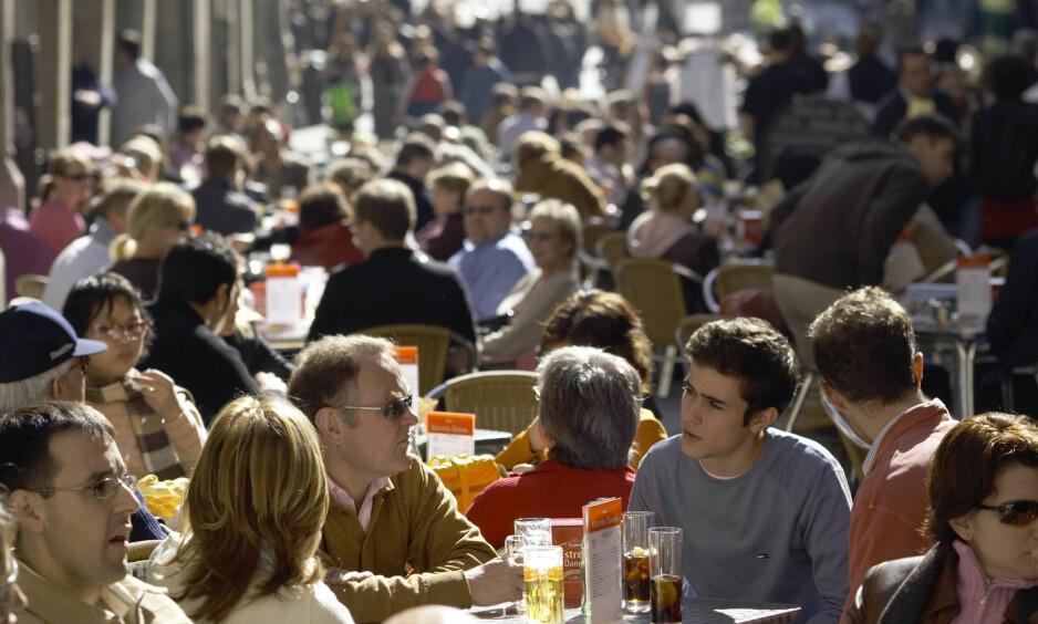 KRITISK MASSE: La det frie lunsjmarked råde i Bjørvika og regjeringskvartalet, skriver Mikael Godø. Bildet er fra en sidegate til Plaza Mayor i Madrid.   Foto: Jan Djenner / Samfoto