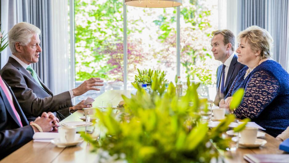 TOPPMØTE: Da Bill Clinton besøkte Norge i juni i fjor, besøkte han statsminister Erna Solberg og utenriksminister Børge Brende i statsministerboligen. Det var under dette besøket han ble lovet nye 30 millioner kroner til grønn energi på tropiske øyer.Foto: Stian Lysberg Solum / NTB scanpix