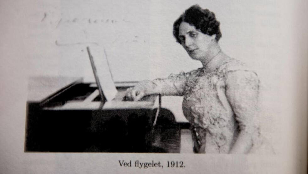 FØR NS: Signe Lund ved flygelet i 1912. I Norge ble hun også kjent for sitt sosiale arbeid, bl. a. innen Nansen-hjelpen på 20-tallet.