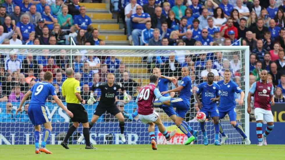 STJERNETREFF: Her scorer Jack Grealish sitt aller første mål for Aston Villa. Det endte likevel med et 3-2-tap i seriekampen mot Leicester. Foto: NTB Scanpix