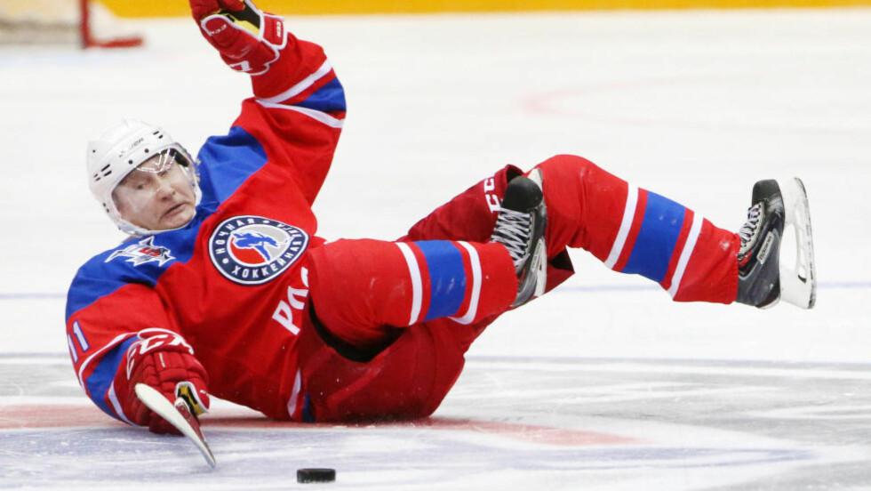 PÅ GLATTISEN: Russland-president Vladimir Putin i uvant positur under en hockeykamp. Foto: Mikhail Svetlov / Getty Images