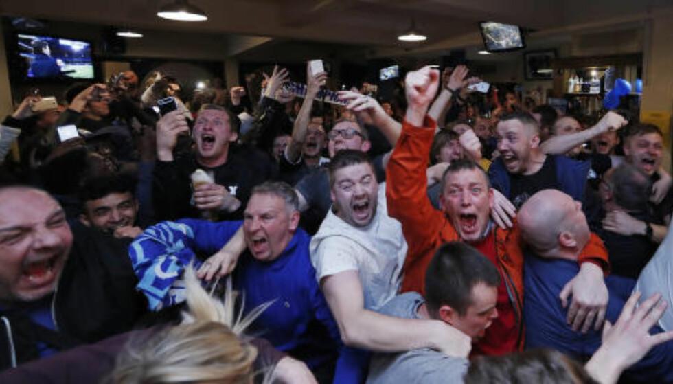 SCENER: Leicester-fansen vant ligagullet på pub i kveld. Det smakte neppe dårlig. Foto: SCANPIX/Reuters / Eddie Keogh