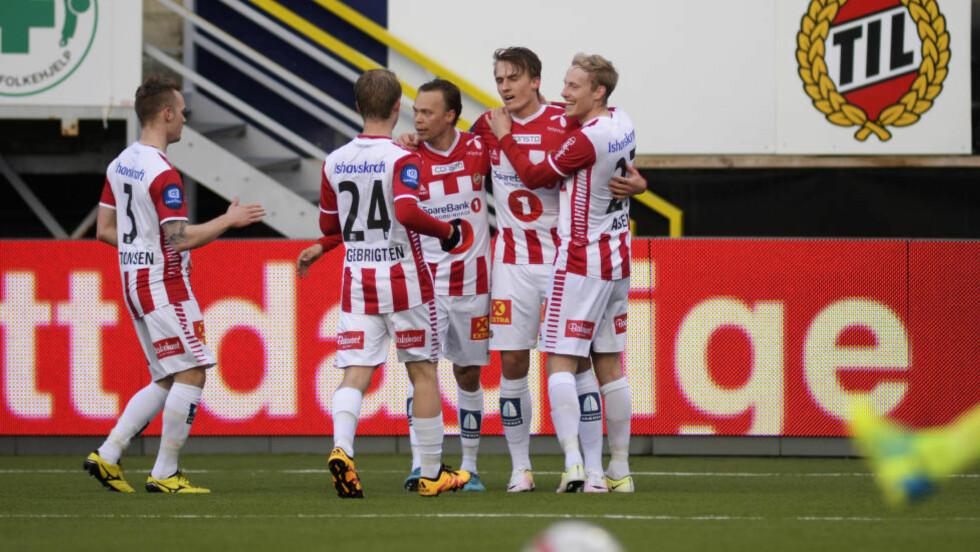 ÅRETS FORSTE: Tromsø vant 2-0 mot Strømsgodset. Her jubler Kent-Are Antonsen, Mikael Ingebrigtsen, Magnus Andersen, Runar Espejord og Gjermund Åsen for scoring. Foto: Rune Stoltz Bertinussen / NTB scanpix