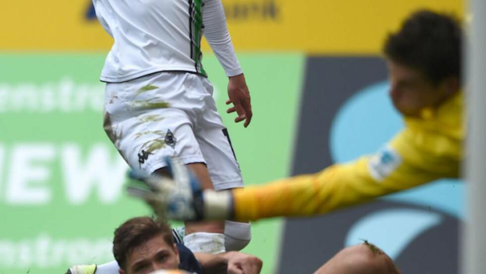 IKKE PÅ BALLEN: Rune Almenning Jarstein klarte ikke stoppe Borussia Mönchengladbach i dag. Landslagskeeperen måtte hente fem baller ut av nettet. Foto: AFP / PATRIK STOLLARZ / NTB Scanpix