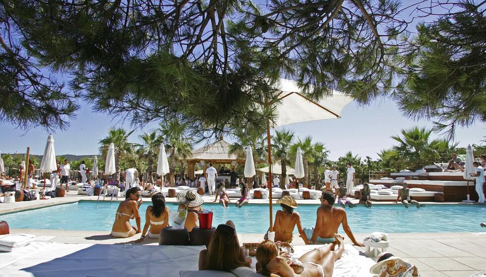 POOL MED UTSIKT: Lev livet på berømte Nikki beach i St. Tropez. Kanskje spotter du en kjendis underveis. Foto: Runar Larsen og NTB Scanpix