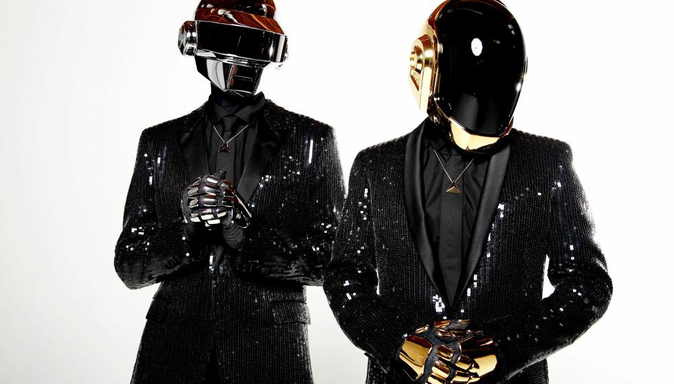 DAFT PUNK: Thomas Bangalter (t.v.) og Guy-Manuel de Homem-Christo er mennene bak EDM-gruppa Daft Punk. De har hatt maskene som en del av sitt image siden nittitallet, og det eksisterer derfor svært få bilder av dem. Foto: Matt Sayles / Invision / AP / NTB scanpix