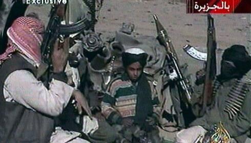 UNG JIHADIST: Dette bildet ska vise Hamza bin Laden (i midten) sammen med Taliban-krigere i Afghanistan. Bildet er fra 2001, da han bare var tolv år gammel. Foto: REUTERS/Al-Jazeera TV