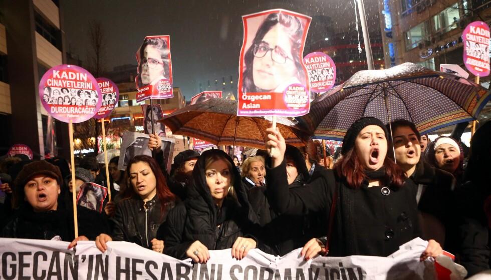 PROTESTERTE MOT DRAP: I fjor protesterte titusenvis av kvinner i Tyrkiske gater, mot den forsøkte voldtekten og drapet på 20-årige Özgecan i Mersin i Sør-Tyrkia. Foto: AFP /ADEM ALTAN / NTB SCANPIX