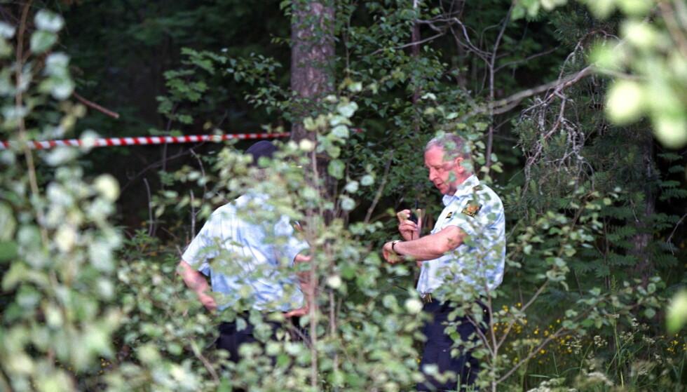 17 ÅR GAMMEL SAK: To jenter på seks og sju år ble i 2000 voldtatt ved en lekeplass på Romsås i Oslo. Her etterforsker politiet saken. Tross 100 tips og det politiet kaller en intens etterforskning, fant de ingen gjerningsmann og saken ble henlagt samme år. Nå er den gjenåpnet, og den tiltalte mannen erkjenner straffskyld. Foto:Arne V. Hoem/Dagbladet .  Foto:Arne V. Hoem/Dagbladet