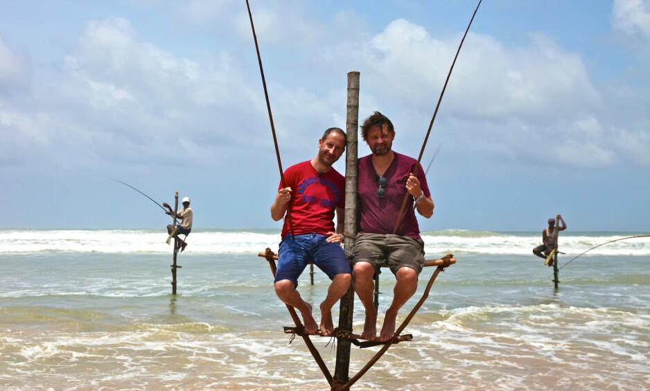 INVESTERER I EIENDOM: Thomas Numme og Harald Rønneberg har blitt medeiere i et eiendomsselskap på Sri Lanka. I 2013 besøkte de landet i forbindelse med innspilling av «Senkveld med Thomas og Harald». Her avbildet på fisketur. Foto: TV 2