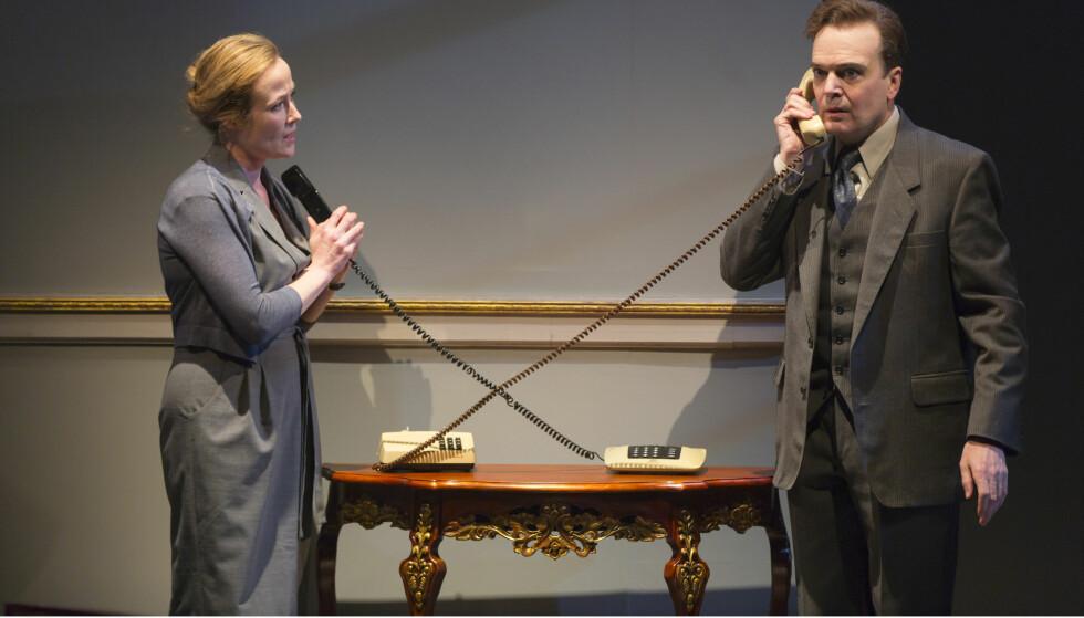 PÅ SCENEN: Jennifer Ehle i rollen som Mona Juul og Jefferson Mays som Terje Rød-Larsen på scenen i teaterstykket om Oslo-avtalen på Mitzi Newhouse-teateret i New York. Foto: Lincoln Center Theater