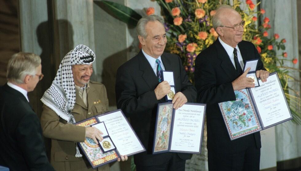 I OSLO: Daværende utenriksminister Shimon Peres (i midten) tok i 1994 imot Nobels Fredspris i Oslo sammen med PLO-leder Yassir Arafat (t.v.) og statsminister Yitzhak Rabin (t.h.). Foto: Menahem Kahana / AFP / NTB Scanpix