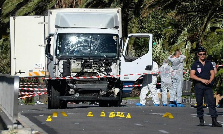DØDSLASTEBILEN: Politiet sikrer området der lastebilen som kjørte inn i folkemengden i Nice står parkert. Minst 84 ble drept torsdag kveld. Foto: Andreas Gebert / EPA / NTB Scanpix