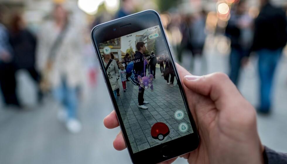 FANGER: I spillet «Pokémon GO» skal man fange virtuelle monstre i den virkelige verden. I dag ble spillet lansert i Norge, selvom mange allerede hadde lastet det ned. Foto:  EPA/PETER STEFFEN