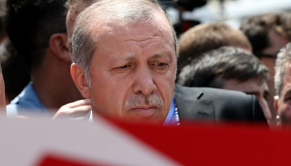 <strong>ET PROBLEM:</strong> EU-ekspert mener at Tyrkias president Recep Tayyip Erdogan er et demokratisk problem. Her er han avbildet ved siden av en kiste under en begravelse for en av dem som døde i forbindelse med kuppforsøket. Foto: Tolga Bozoglu / EPA