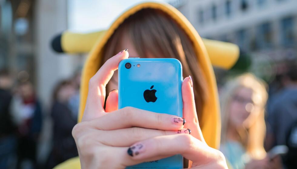 <strong>TOTALT OPPSLUKT:</strong> &nbsp;En Pokemon Go-jakt i Drammen sentrum ble dyr for paret som ikke oppdaget at de hadde bil på hjul. På bildet en oppslukt Pokemon-jeger i Hannover i Tyskland. &nbsp;Foto: Peter Steffen, DPA/NTB Scanpix.